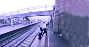 Trenin önüne atlamak istedi, son anda uzanan bir el hayatını kurtardı