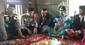 Tarlada yalnız gezen çifti, zorla evlendirdiler! Polis devreye girdi