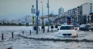 Fırtına Türkiyeyi vurdu! İzmirde deniz ile kara birleşti