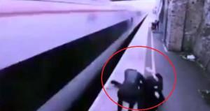 İntihar etmek isteyen genci, trenin önünden böyle çekip aldı
