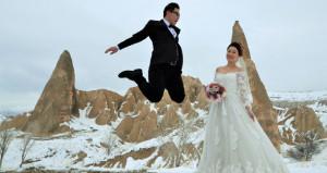 Kapadokya evli çiftlerin akınına uğradı! Mutluluklarını taçlandırdılar