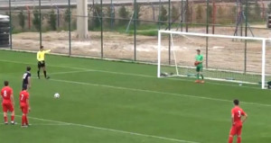Genç futbolcudan müthiş hareket! Herkes ayakta alkışladı