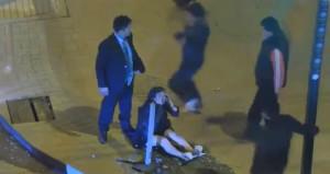 Sokakta kadına şiddet uygulayan adamı tekme tokat dövdüler