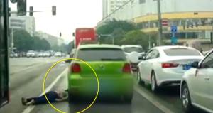 Umursamaz sürücü yere düşen kadının kafasına vura vura yola devam etti