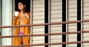 Gündem olmak için dekolteyi abartan oyuncu, yarı çıplak balkona çıktı