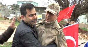 Komutan, kendisine sarılan vatandaşla birlikte ağladı!