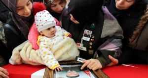 Bu acıya yürek dayanmaz! 6 aylık kızı, şehit babasının tabutunu okşadı