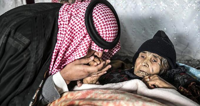 Teröristlerin vurduğu annesini sırtında taşıyarak Türkiye'ye getirdi