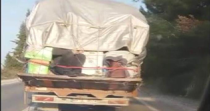 Ev eşyası içinde kamyona bağladıkları adamı paket gibi böyle taşıdılar