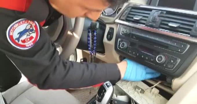 Lüks otomobilde, teyp içine gizlenmiş suikast silahı bulundu!