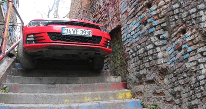 Otomobiliyle merdivenden inmeye çalışan alkollü sürücü, sıkışıp kaldı