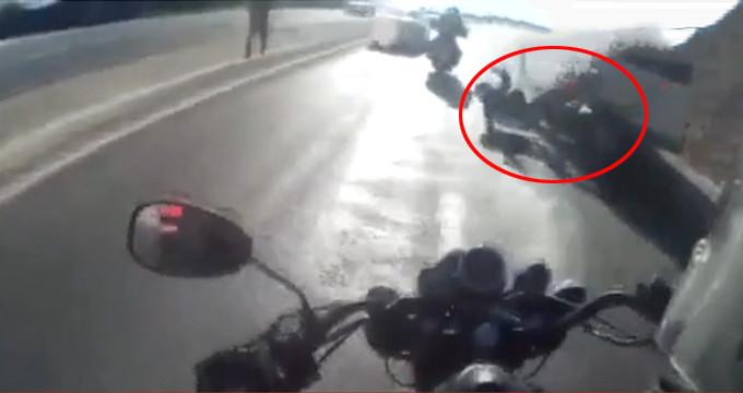 Motosikletli grubun korkunç kazası kask kamerasında!