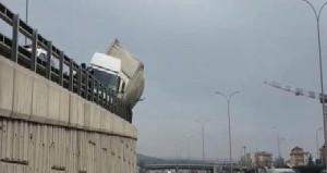 İstanbul'da yan yatan TIR, iş çıkış saatinde trafiği felç etti