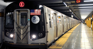 Metro istasyonunda yasağı deldi, tren tarafından metrelerce sürüklendi