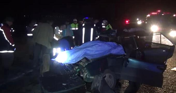 Otomobil yol kenarındaki Tıra çarptı: 3 ölü 2 yaralı