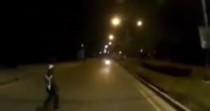 Dur ihtarına uymadı, trafik polisine çarptı