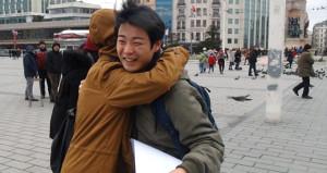 Japon turistlere sarılmak bedava! Türk kızları büyük ilgi gösterdi