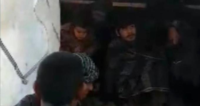 Koyun taşınan kamyonetin kasasından onlarca kaçak göçmen çıktı
