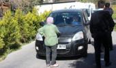 89 yaşındaki nine özel arazimden geçiyor deyip caddeyi trafiğe kapattı