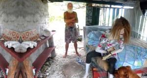 Bir zamanların en zenginiydi, şimdilerde adada cansız mankenle yaşıyor