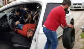 Aracında baygın yatıyordu, polisi görünce lastik değiştirmeye kalktı