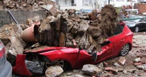 Çöken istinat duvarı 6 aracı hurdaya çevirdi, binalar boşaltıldı