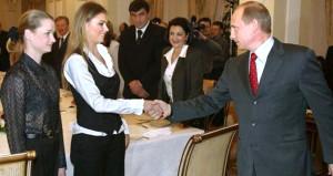 Putinin jimnastikçi gizli aşkı oy verirken görüntülendi