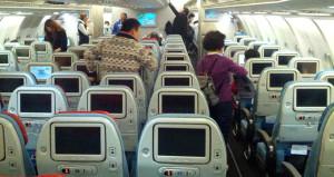 Temizlikçi, uçakta battaniyenin altında bulduğu serveti iade etti