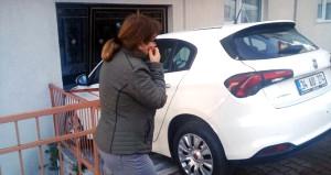 Vitesi geriye takmayı unutan kadın sürücü apartmana daldı