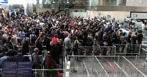 Atatürk Havalimanında uzun kuyruklar oluştu, yolcular isyan etti