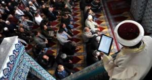 Cuma hutbesine reklam alan imam, izleyenleri güldürdü