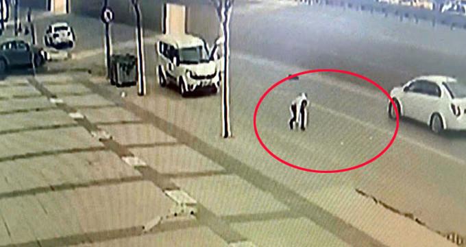 Gaspçılar 300 bin lirayla polisten kaçtı, paralar yola saçıldı
