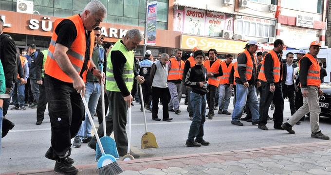 İşçiler iş bırakınca sokakları belediye başkanı temizledi