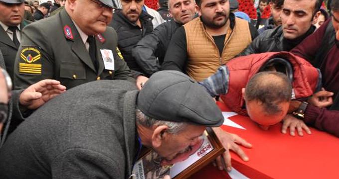 Şehit oğlunun fotoğrafını öpen acılı baba yürekleri dağladı