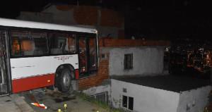 Belediye personelini taşıyan servis otobüsü eve çarptı!
