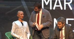İstanbula gelen robot Sofia sözleriyle şaşırttı: Bana para vermediler