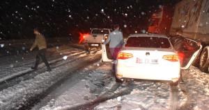 Burası Türkiye! Baharda lapa lapa kar yağdı, sürücüler yolda kaldı