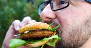 Avrupaya 'böcek burger' yediren Türk girişimci köşeyi döndü