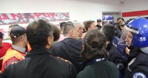 Futbolda şiddet bitmek bilmiyor! Hakem odasını bastılar