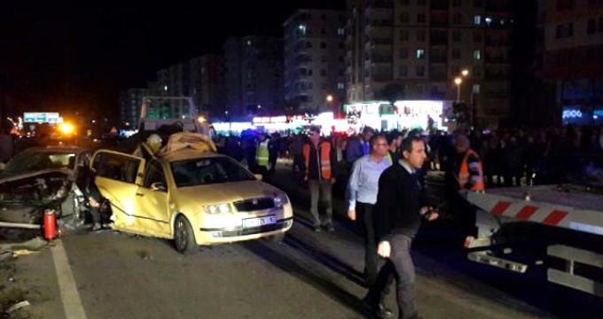 Düğün dönüşü konvoy araçları birbirine girdi: 22 yaralı