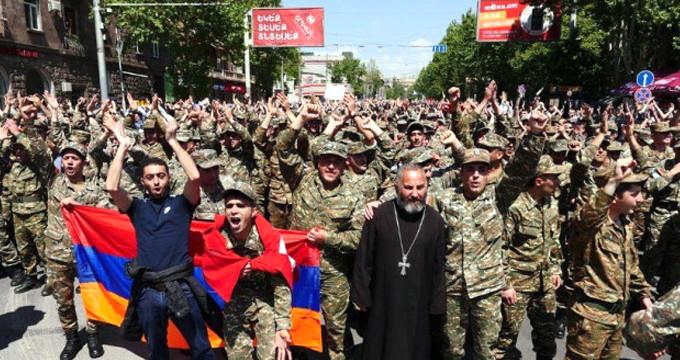 Komşu'da ordu sokağa indi, Başbakan istifa etti