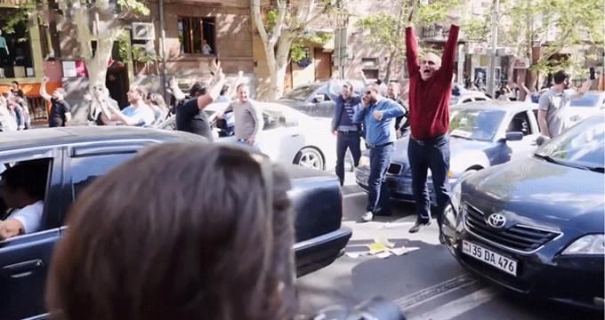 Sarkisyan istifa etti, sokağa dökülen halk dans ederek kutladı