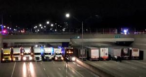 İntihara kalkışan adamı kurtarmak için köprünün altına kamyon çektiler