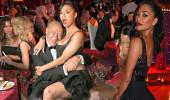 Güzel şarkıcı ünlü mücevher tasarımcısının kucağına oturdu
