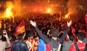 Galatasaray şampiyon oldu, milyonlarca taraftar sokaklara döküldü