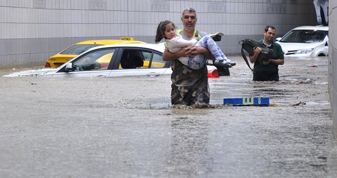 15 dakika yağdı, Başkent'i sel aldı!