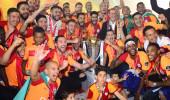 Galatasaray şampiyonluk kupasını kaldırdı, stat yıkıldı