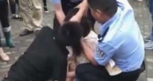 Ayrıldığı sevgilisinden veda öpücüğü istedi, ayırmak için polis gerekti