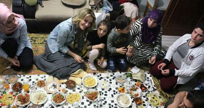 Ünlü oyuncu Suriyeli aileyle birlikte iftar yaptı