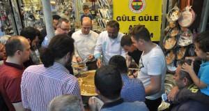 Fenerbahçeli taraftarı seçimden sonra helva dağıttı